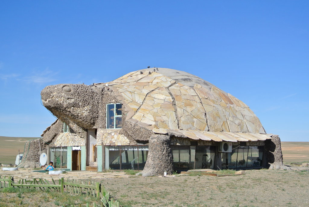 Turtle House in Gobi Desert - DesignClaud