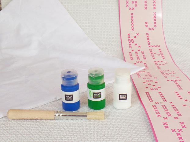 DIY-pakket-kussenhoes-stempelen-materialen-sjabloon-kwast-textielverf-groen-wit-blauw