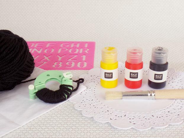 DIY-pakket-kussenhoes-stempelen-pomponmaker-wol-sjabloon-kwast-textielverf-rood-geel-zwart